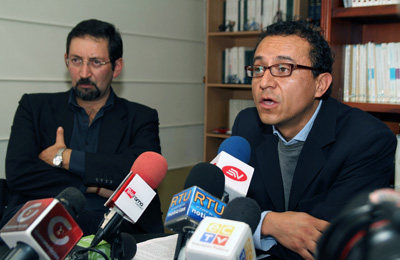 Ecuadoran journalists Christian Zurita (right) and Juan Carlos Calderón have been ordered to pay President Correa US$1 million each in damages for defamation. (AFP/Agencia Prensa Independiente)
