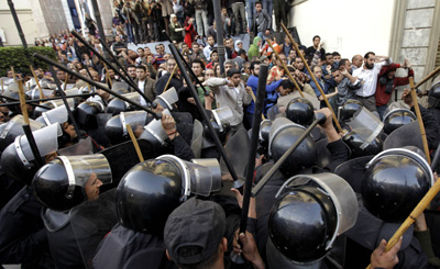 A year ago, police confront demonstrators outside the Egyptian Journalists Syndicate in Cairo. (AP/Ben Curtis)