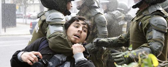 قوات الشرطة في مدينة سنتياغو تعتقل صحفيا أثناء تظاهرة مناهضة للحكومة. رويترز/ كارلوس فيرا