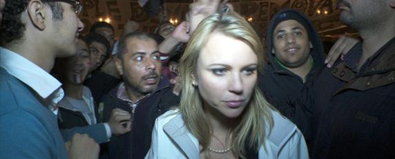 لارا لوغان مراسلة محطة 'سي بي أس' قبل لحظات من تعرضها لاعتداء في ميدان التحرير. رويترز/ سي بي أس
