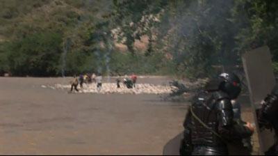 Sánchez afirma que esta imagen del video que subió a YouTube muestra a la policía desalojando manifestantes del sitio propuesto para una represa.