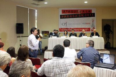 Ciudadanos, funcionarios y grupos de la sociedad civil se reunieron con periodistas el martes para un debate sobre el estado de la libertad de prensa en Sinaloa. (Ron Bernal)