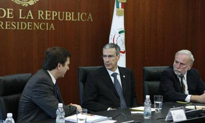 The author, right, looks on as Sen. José González Morfín, center, confers with CPJ Americas Senior Program Coordinator Carlos Lauría. (Ignacio González Anaya)