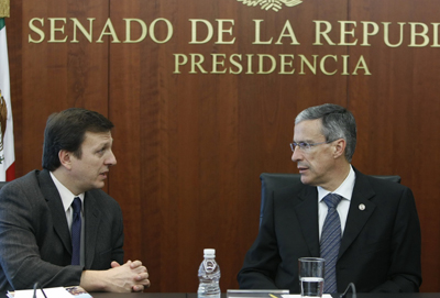 Dias antes da aprovação da emenda pelo senado, Carlos Lauría, do CPJ, se reuniu com o senador José González Morfín, à direita, para falar sobre os riscos enfrentados pelos jornalistas mexicanos. (Ignacio González Anaya)
