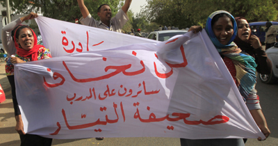 Journalists with Al-Tayar protest government censorship of their paper. (Reuters/Mohamed Nureldin Abdallah)