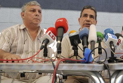 Ricardo González Alfonso (izquierda) y Julio César Gálvez Rodríguez en una conferencia de prensa en julio de 2010. (AFP/Dominique Faget)