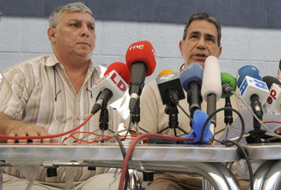 Ricardo González Alfonso (left) and Julio César Gálvez Rodríguez at a press conference in Vallecas in July 2010. (AFP/Dominique Faget)