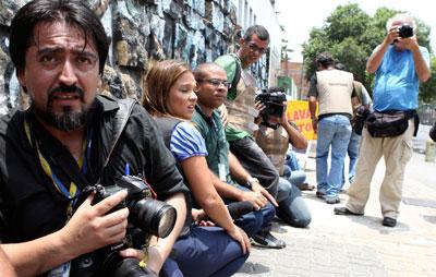 Jornalistas se protegem durante operação policial contra traficantes de drogas no Rio de Janeiro. (Reuters/Sergio Moraes)