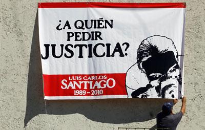Una pancarta en reclamo de justicia por el fotógrafo Luis Carlos Santiago, cuyo caso figura entre los 11 asesinatos no resueltos en la última década. (Reuters/Tomas Bravo)