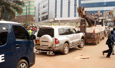 Ugandan police on Saturday towed opposition leader Kizza Besigye's car with him inside. (Daily Monitor)