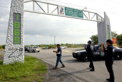 La policía fotografía grafiti que implica al Cartel de Los Zetas cerca de donde 49 cadáveres fueron encontrados el 13 de mayo en la carretera cerca de Monterrey, México. (AFP/Julio Cesar Aguilar)