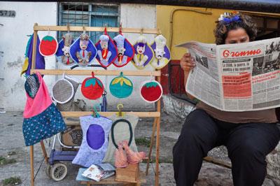 Un vendedor ambulante en Cuba lee el diario oficial Granma, que es controlado por el Partido Comunista al igual que todos los medios nacionales. (AFP)