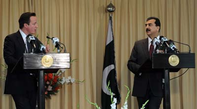 British Prime Minister Cameron and Pakistani Prime Minister Gilani at a joint press conference in Islamabad in 2011. (AFP/Aamir Qureshi)