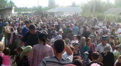 Askarov took these images of ethnic Uzbeks seeking refuge at the border. (Azimjon Askarov)