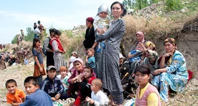Ethnic Uzbeks seek refuge near the Kyrgyz-Uzbek border on June 12, 2010. (AP/D. Dalton Bennett)
