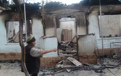 Во время произошедшего в июне 2010 года межэтнического конфликта Аскаров снимал на фото- и видеокамеру разрушения частных домов и офисов. (Азимжон Аскаров)