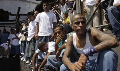 Integrantes da Mara Salvatrucha assistem à missa na prisão. Membros da gangue foram acusados pelo assassinato de um jornalista (AP/Luis Romero)
