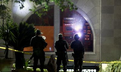 Soldados patrullan frente a las oficinas de un medio que fue atacado el martes (AFP/Julio Cesar Aguilar)