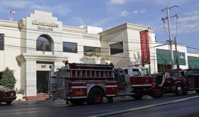 Camiones de bomberos se estacionan fuera de Sierra Madre. (Reuters/Daniel Becerril)