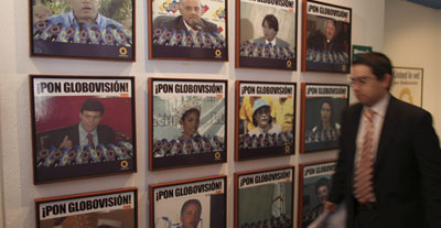 Publicidades de Globovisión en Caracas. (AP/Ariana Cubillos)