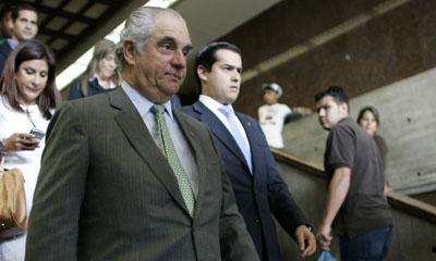 Guillermo Zuloaga sale del Palacio de Justicia en Caracas el 17 de julio de 2009. (AP/Ariana Cubillos)