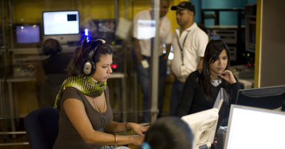 Periodistas en los estudios de Globovisión. (AP/Ariana Cubillos)