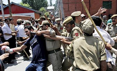 Indian police detain a Kashmiri protester in Srinagar. (AP/Mukhtar Khan)