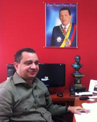Julio Chávez en su oficina. (Monica Campbell)