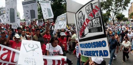 El 27 de junio de 2009, algunos manifestantes, a la izquierda, marcharon en apoyo de los reguladores que están investigando a Globovisión, mientras que otros, a la derecha, se manifestaron en apoyo de la emisora.