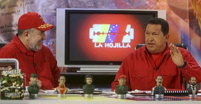 Chávez en La Hojilla con el presentador, Mario Silva. (Reuters/Miraflores Palace)