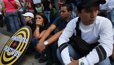 Empleados de RCTV en 2010 después de que el canal fuera retirado de la televisión por cable.(AP / Fernando Llano)