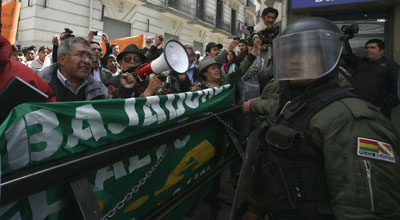 Police block journalists protesting the government's plans to sue three news outlets. (Reuters/Gaston Brito)