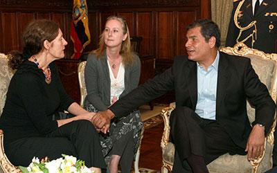 El Presidente de Ecuador Rafael Correa sujeta las manos de Christine Assange, la madre del fundador de WikiLeaks Julian Assange, durante una reunión en Quito, Ecuador, el 1 de agosto. (AP/Martin Jaramillo)
