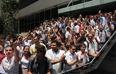 Empleados de Cablevisión, operador de cable propiedad del Grupo Clarín, protestan durante una inspección impositiva en 2011 que consideraron acoso del gobierno de Kirchner. (AFP/Juan Vargas)