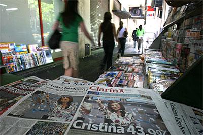 Diarios, incluyendo a Clarín, anuncian la elección de la Presidenta argentina Cristina Fernández de Kirchner en Buenos Aires, el 29 de octubre de 2007. (Reuters/Alvarado)