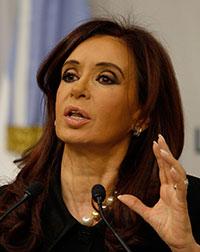 En un discurso en 2010, Kirchner indicó que Clarín y La Nación utilizaron Papel Prensa, la empresa productora de papel periódico, para imponer un monopolio mediático. (AP/Eduardo Di Baia)