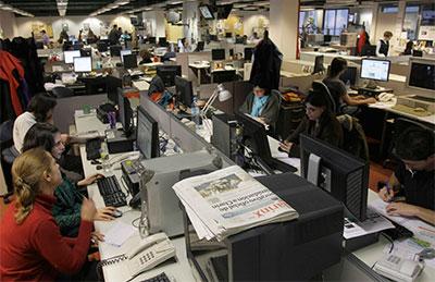 Periodistas en la redacción de Clarín, que estuvo alineado con los gobiernos de los Kirchner hasta 2008. ((AP/Ezequiel Pontoriero)