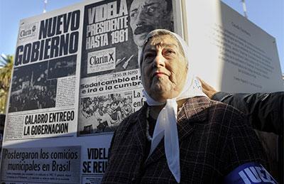 Hebe de Bonafini, presidenta de la organización de derechos humanos Madres de Plaza de Mayo, con una pancarta que muestra portadas de Clarín durante la dictadura militar argentina.  (AFP/Juan Mabromata)
