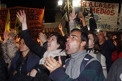 Simpatizantes del gobierno celebran la aprobación de la ley de medios audiovisuales en las afueras del Congreso en Buenos Aires, el 10 de octubre de 2009.  (AP/Alberto Raggio)
