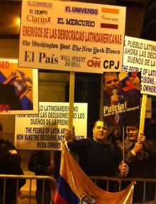 Protestantes manifestaron fuera de los Premios Cabot el jueves. (CPJ/Sara Rafsky)