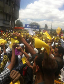 Police detained a journalist covering this protest by Ethiopian Muslims today. (EthioTube)