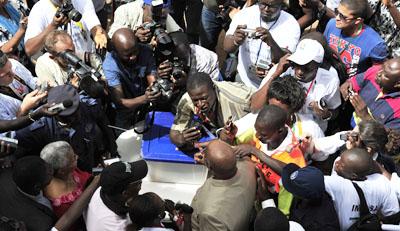 Autoridades da Guiné-Bissau expulsaram jornalista de  um meio de comunicação que havia feito a cobertura sobre o ex-primeiro-ministro Carlos Gomes Júnior,  visto aqui votando em uma eleição de 2012 na qual era o favorito para ganhar, mas perdeu. (AFP / Issouf Sanogo)