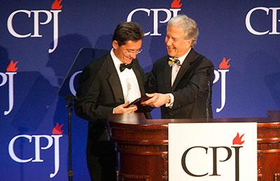 Mauri König aceita o Prêmio Internacional da Liberdade de Imprensa do CPJ, entregue em novembro pelo conselheiro e editor-chefe da Bloomberg News, Matthew Winkler. (Michael Nagle / Getty Images para CPJ)