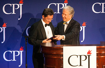 Mauri König accepts his International Press Freedom Award from CPJ board member and Bloomberg News Editor-in-Chief Matthew Winkler in November. (Michael Nagle/Getty Images for CPJ)