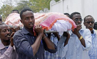 Des journalistes somaliens emportent la dépouille de leur confrère Abdisatar Sabriye Dahir, qui a été assassiné dans un café à Mogadiscio en Septembre. (AFP/Mohamed Abdiwahab)