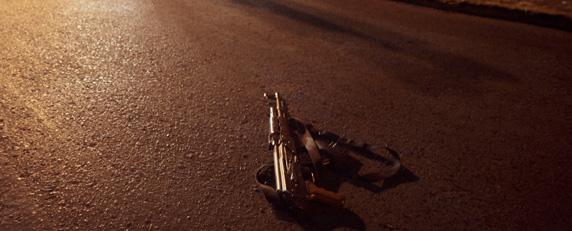 Un fusil de asalto en la calle después de un tiroteo entre policías y narcotraficantes en Zacatecas. (AFP / Guillermo Moreno)