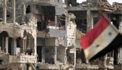 العلم يرفرف على جانب البناية دمرها القصف في مدينة بابا عمرو .ا ف ب / جوزيف عيد