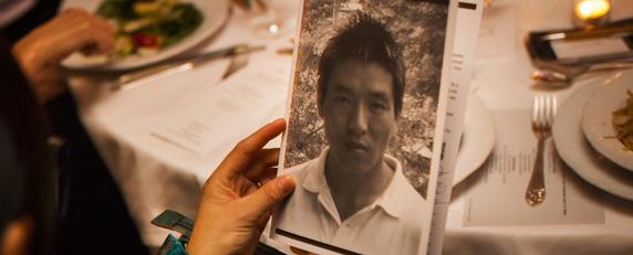 Лхамо Тсо, супруга Дхондупа Вангчена, держит его фотографию на церемонии награждения премии КЗЖ. (AFP/Майкл Нейгел)