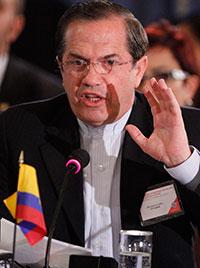 El canciller de Ecuador Ricardo Patiño habla sobre derechos humanos durante la asamblea extraordinaria de la Organización de Estados Americanos en Washington, D.C., el 22 de marzo  (AP/Jacquelyn Martin)