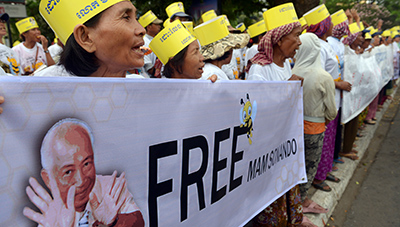 Protesters demonstrate against Sonando's imprisonment outside an appeals court in Phnom Penh. (AFP/Tang Chhin Sothy)